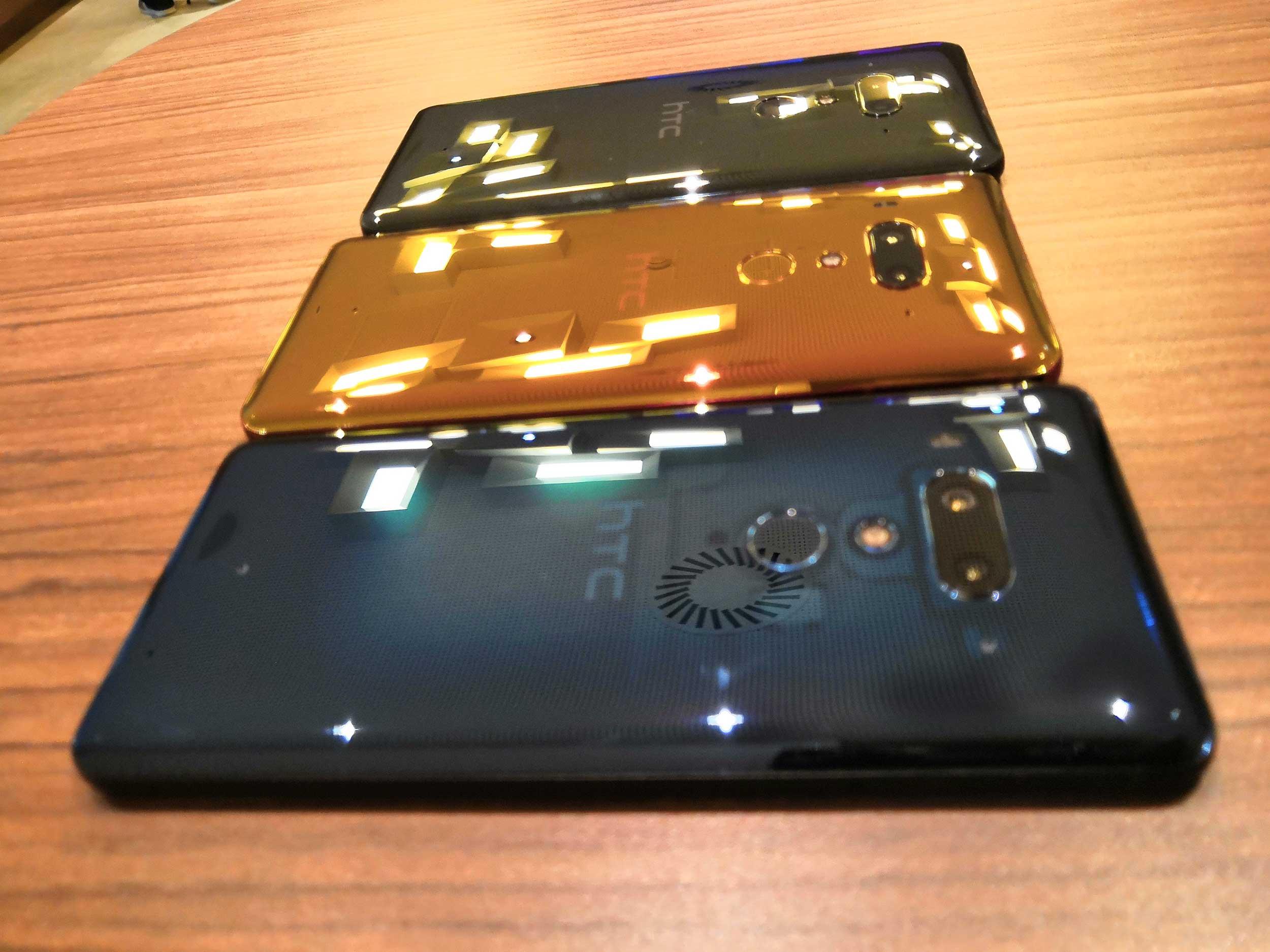Das HTC 12+ kommt in drei Farben auf den Markt u. a. in einem transparenten Schwarz. (Bild: moobilux.com)