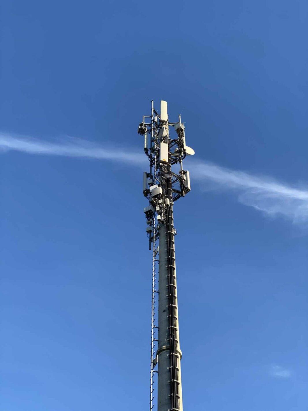 Mobilfunkantenne vor blauem Himmel. Bild Thorsten Claus